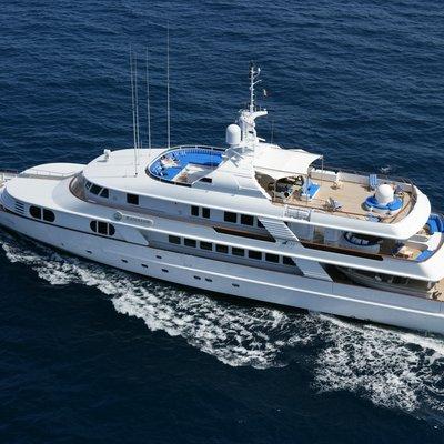 Azul V Yacht Running Shot