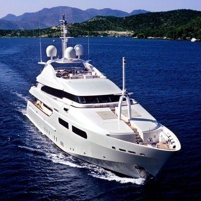 Magenta M Yacht Running Shot - Front View