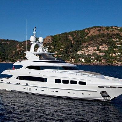 Manifiq Yacht Side View