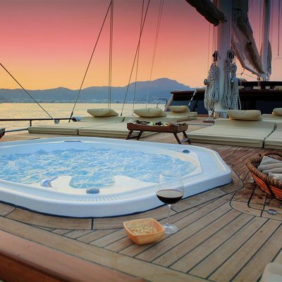 Mezcal 2 Yacht Hot Tub