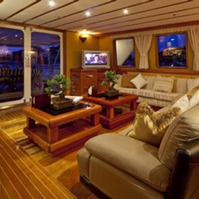 5 Fishes Yacht Salon