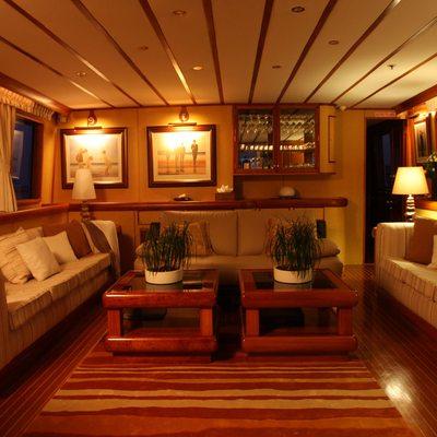 5 Fishes Yacht Salon - Night