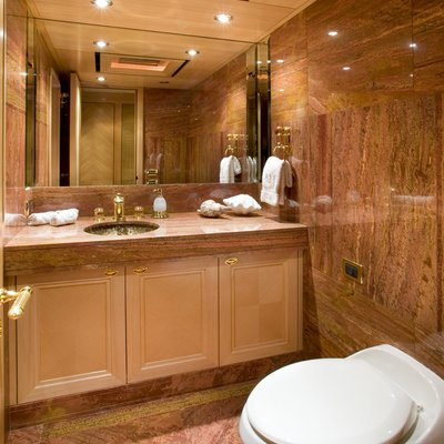 Laurel Yacht Private Guest Bathroom