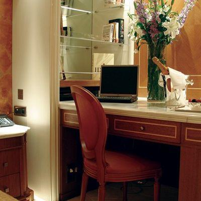 Elegant 007 Yacht Guest Stateroom - Desk