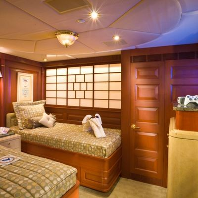 Queen D Yacht Twin Stateroom