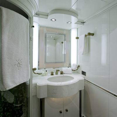 Il Sole Yacht Guest bathroom twin