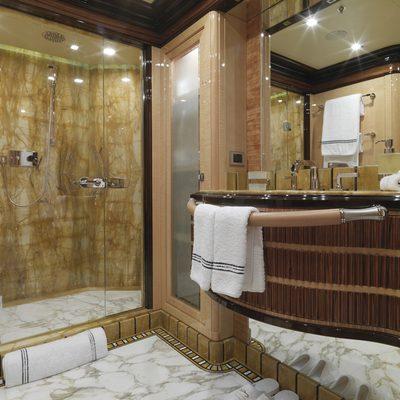 Meamina Yacht Private Bathroom