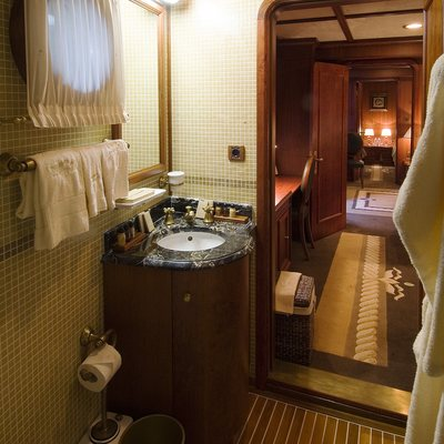 Seagull II Yacht Private Bathroom & Hallway