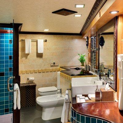 Dhaainkan'baa Yacht Guest Bathroom