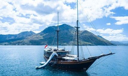 Dunia Baru Charter Yacht