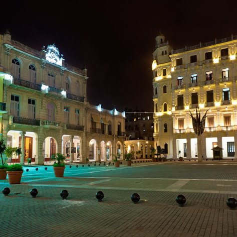 La Plaza Vieja at night