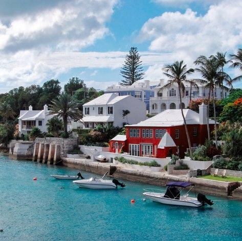 Coastline with expensive houses on Bermuda
