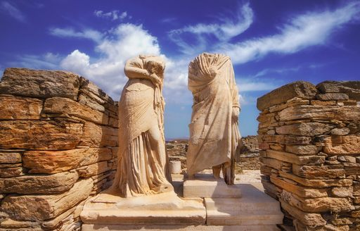 Twin statues with no heads in Delos