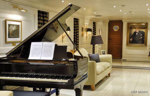Callas lounge onboard MY Christina O