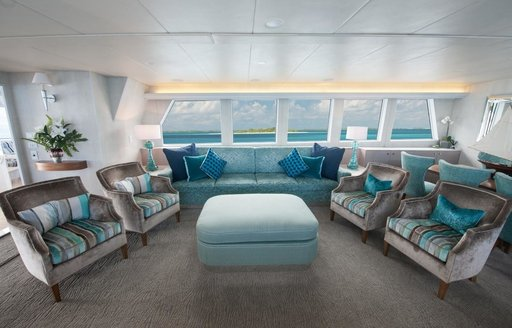 chic and contemporary salon on board motor yacht DREAMTIME