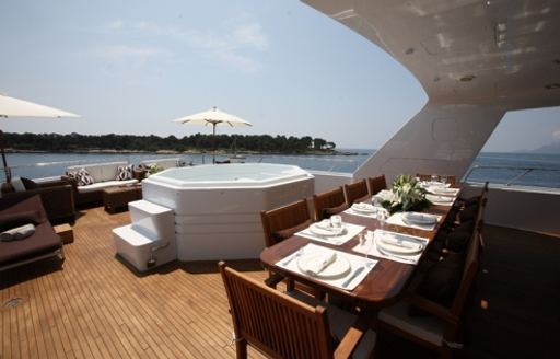 The exterior of superyacht DAYDREAM