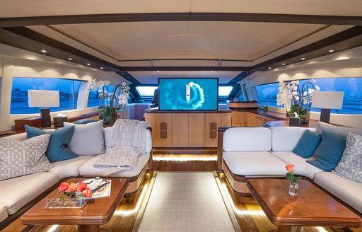 main salon of motor yacht free spirit