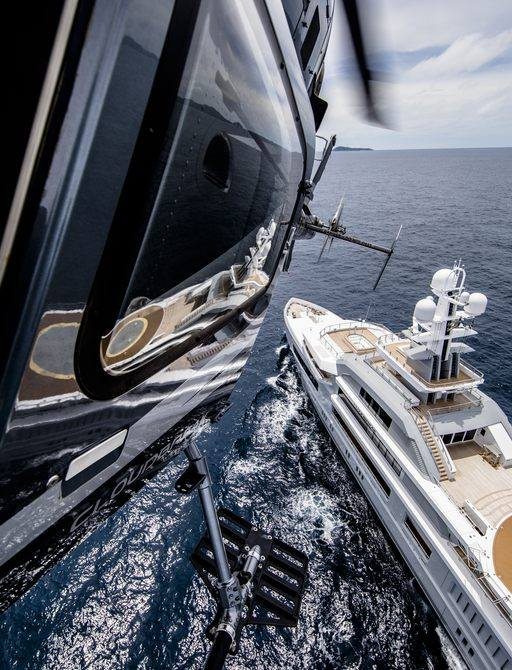 A helicopter travels to yacht Cloudbreak
