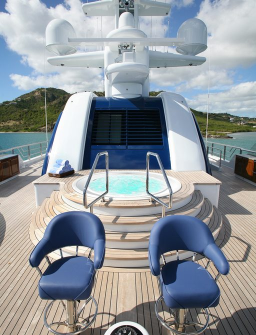 jacuzzi and bar stools on expedition yacht 'Northern Star'