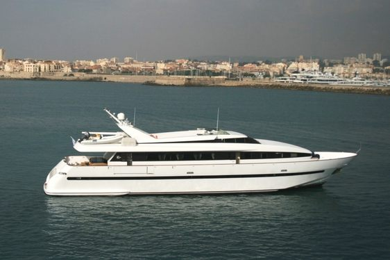 Luxury Motor Yacht 'PAS ENCORE' Offers Special Event Charter Rate