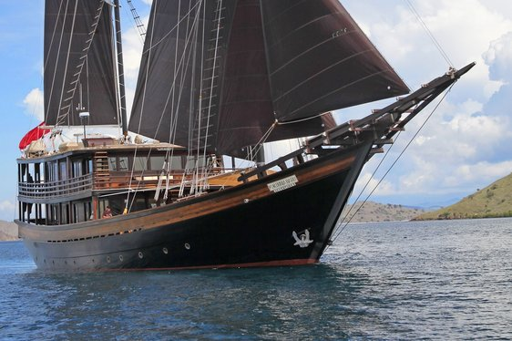 Last chance of 2018 to charter superyacht 'Dunia Baru' in Komodo