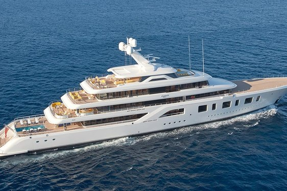 superyacht AQUARIUS underway on a private yacht charter