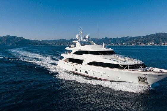 Dyna sistership Benetti Classic 121 motor yacht running shot