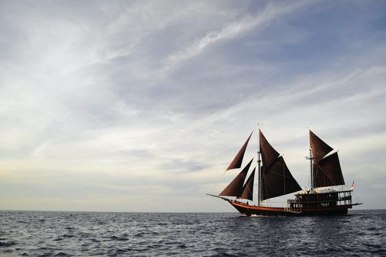 luxury phinisi Dunia Baru anchors on a charter vacation in Indonesia