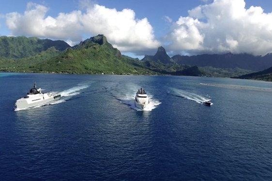 New Video: Superyacht VANTAGE Cruises alongside Support Vessel 'Ad Vantage'