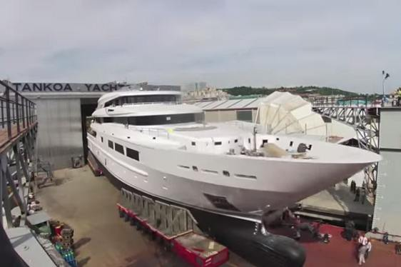 VIDEO: Time-Lapse Footage of the Launch of Superyacht SUERTE