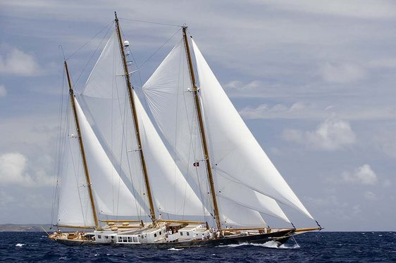 Charter yacht Fleurtje sailing in Athens