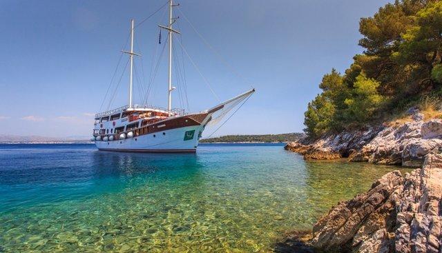 Cesarica Charter Yacht