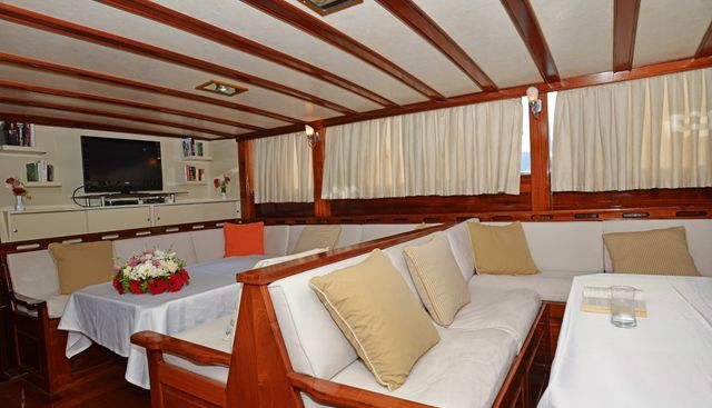 Holiday 10 Charter Yacht - 8