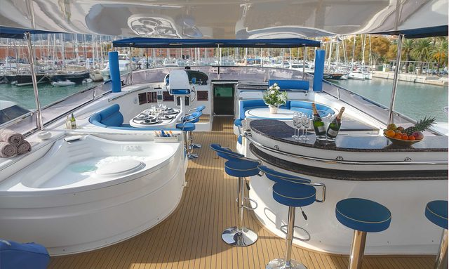 Smiles of London flybridge with jacuzzi and bar in front of seating areas