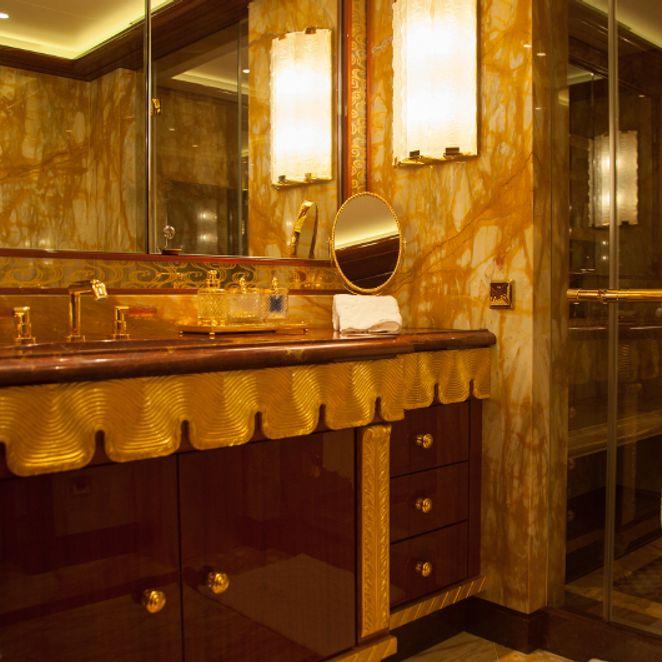 Owner's cabin, bathroom