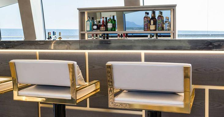 Large and elegant bar on Da Vinci