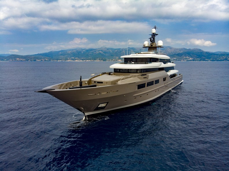 luxury yacht SOLO underway on a private yacht charter