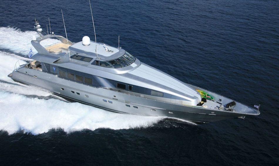 Superyacht Daloli running at top speed