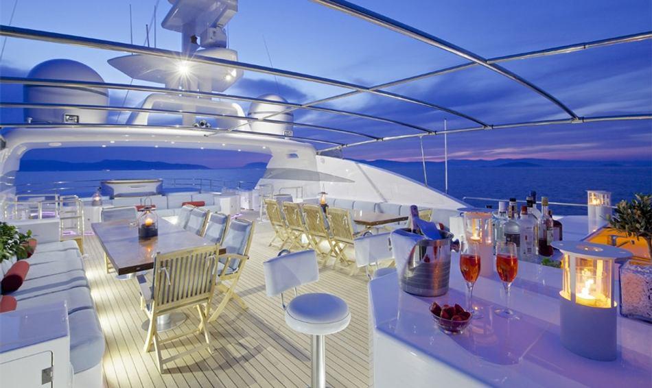 Sundeck bar on board O'CEANOS